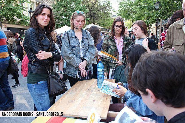 Underbrain-books Sant Jordi 2015  - Vloggers firmando 1