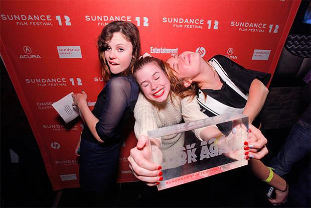 Brie Larson, Sarah Ramos y Jessie Ennis recibiendo el premio en Sundance