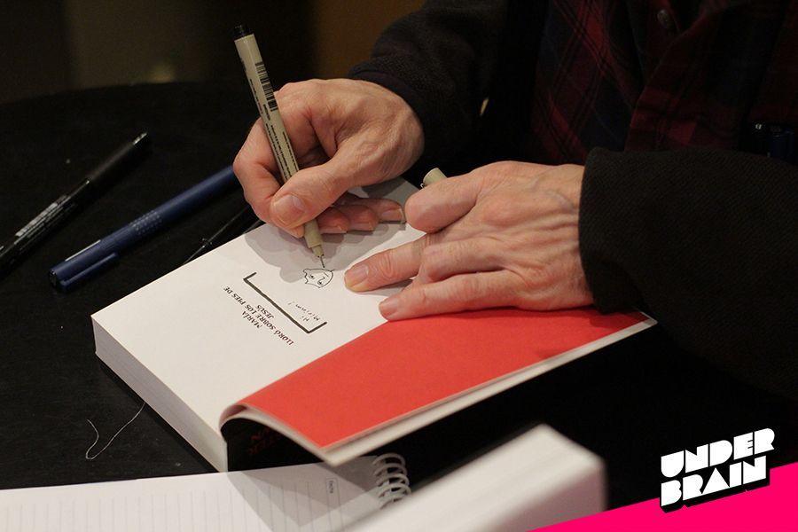 Chester Brown firmando