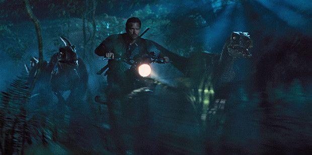 Chris Pratt perseguido en Jurassic World