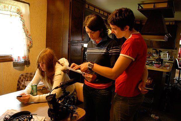 Directores Laura Ricciardi y Moira Demos detrás de las escenas de la serie documental