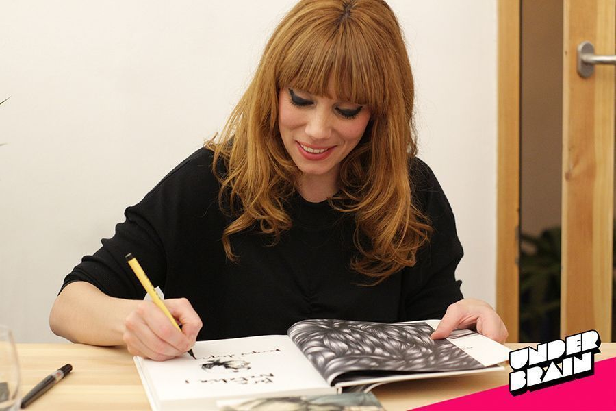 Paula Bonet firmando ejemplares de La sed