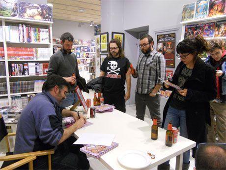 Gustavo Sala firmando ejemplares de El baño violeta