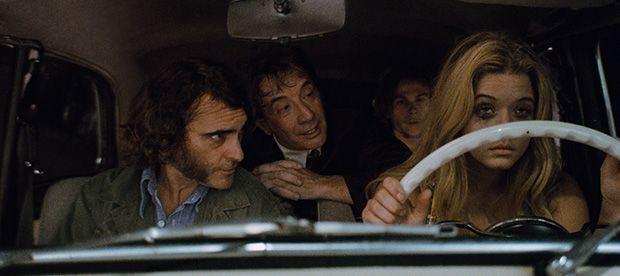 Puro vicio (Paul Thomas Anderson, 2014) - Fotograma con Joaquin Phoenix, Martin Short, ...
