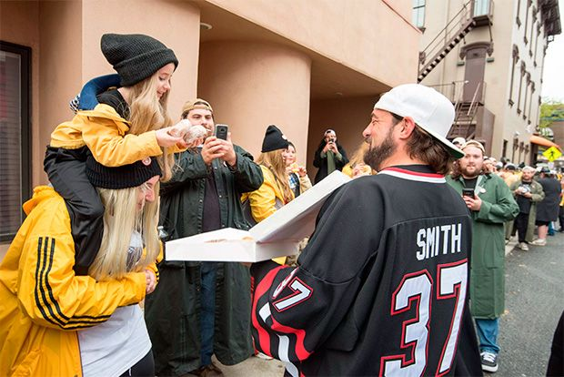 Kevin Smith repartiendo donuts