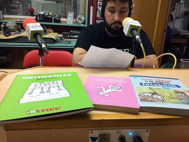Edgar Reig junto a los ejemplares de Listo Comics y el cómic de Carles Ponsí